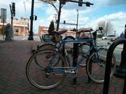 Låst Cykel vid cykelställ
