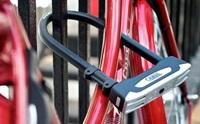 Låst Cykel med Abus bygellås