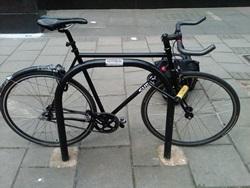Cykel låst med två bygellås
